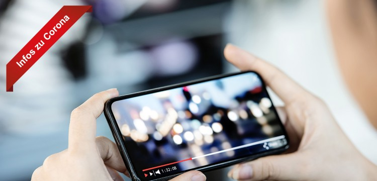 Person schaut Video auf dem Smartphone